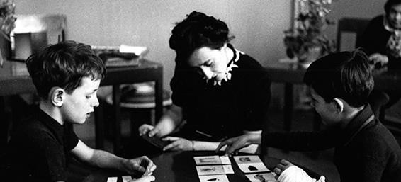 María Montessori enseñando