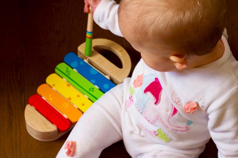 Niño de 1 año con un xilófono de juguetes Montessor