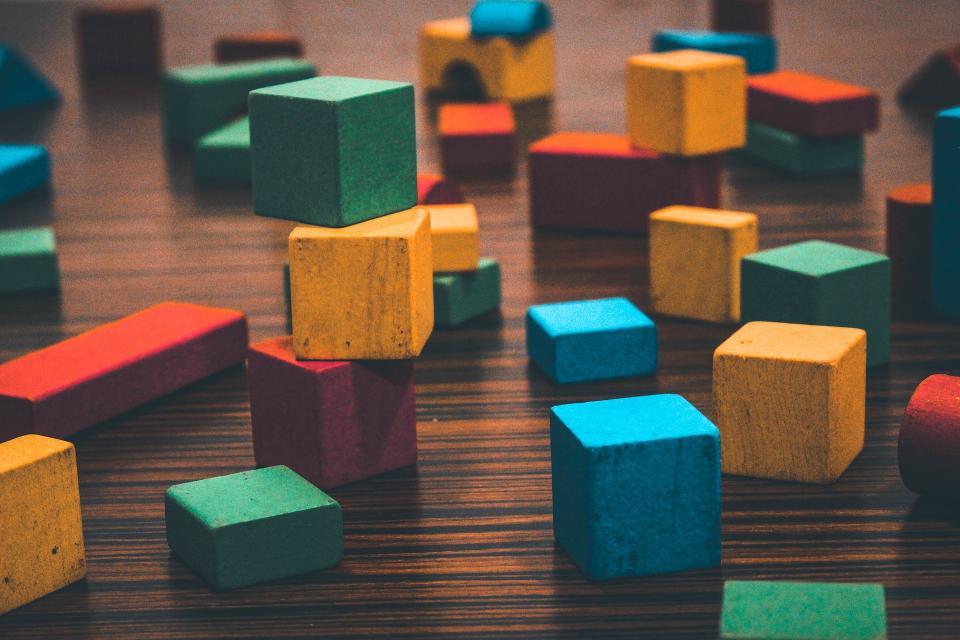 Bloques de construcción de colores comojuguete Montessori para niños de 2 años