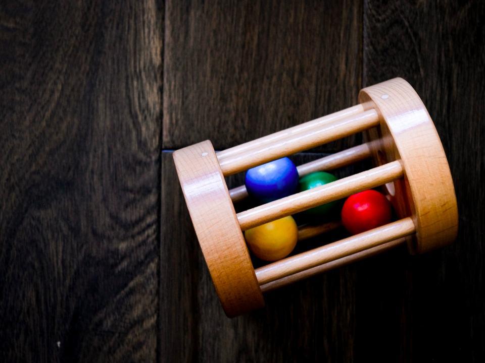 Un ábaco musical con pelotas de colores como Juguete Montessori para niños de 2 años