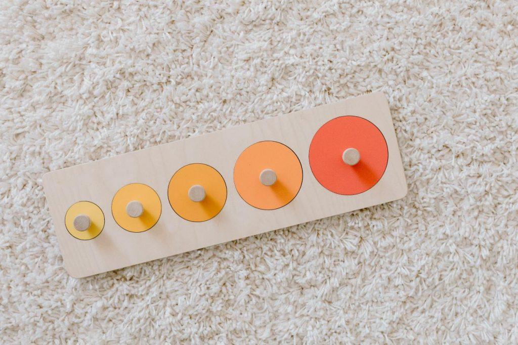 Puzzle de círculos es un juguete Montessori para niños de 1 año