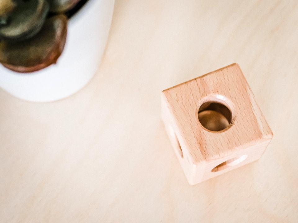 Cubo de madera es un juguetes Montessori para bebés