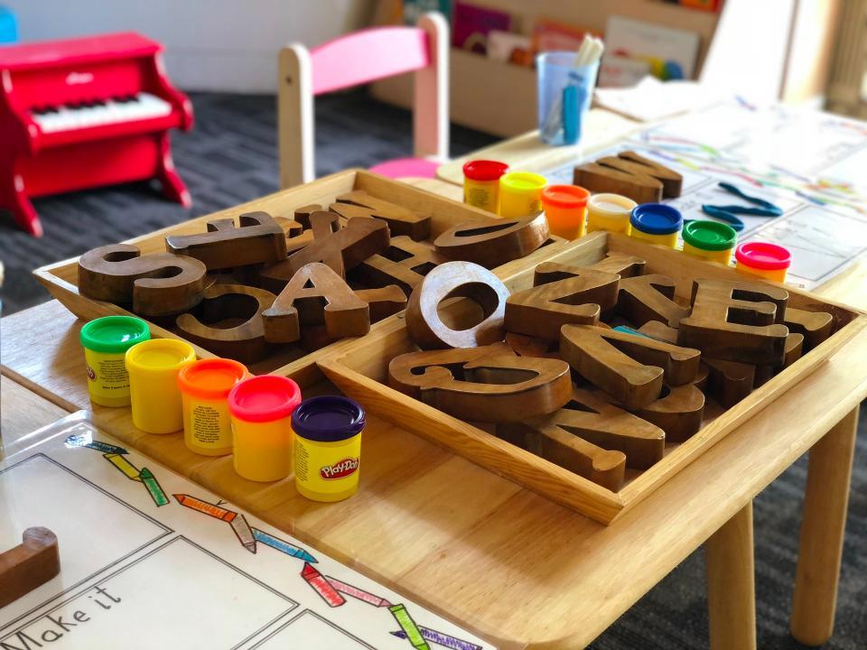 Letras y números de madera son juguetes Montessori para niños de 3 años
