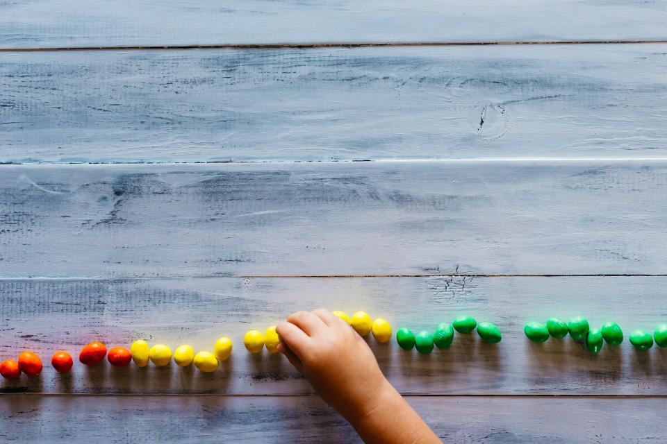 Piedras de colores como material Montessori para matemáticas