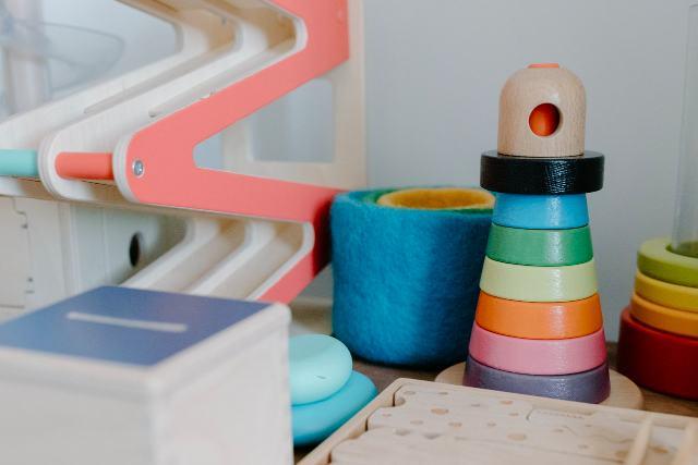 Muebles Montessori de colores ordenados