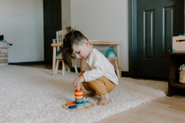 Niña jugando con muebles Montessori