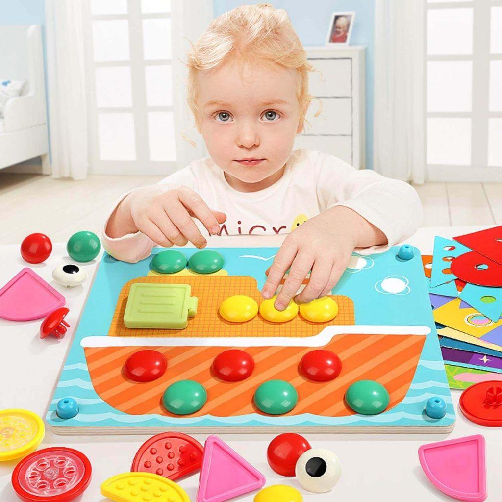 Niña jugando con puzle Montessori