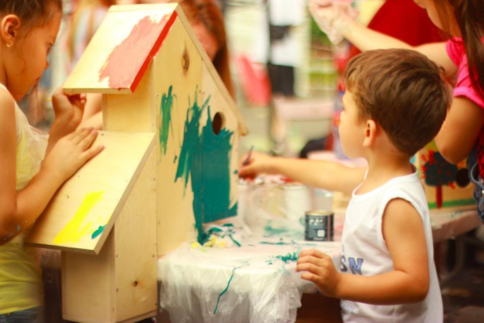Niños pintando para desarrollar la creatovidad de los niños de 3 años con juguetes Montessori
