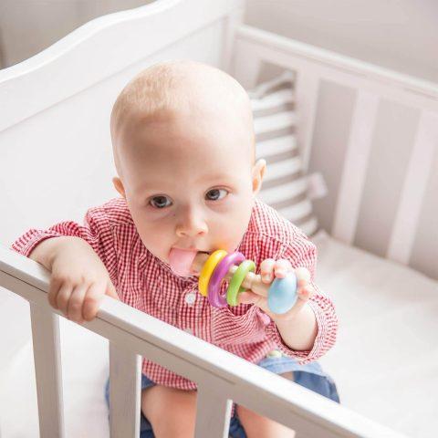 bebé con sonajero Montessori