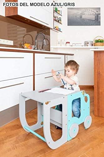niño en la torre de aprendizaje Montessori