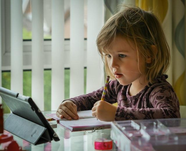 niña aprendiendo con Montessori