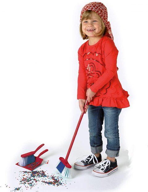 niña con kit de limpieza